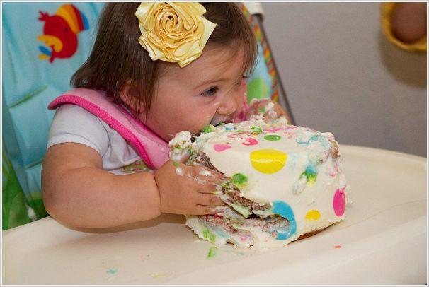 Ребенок ест вкусный торт