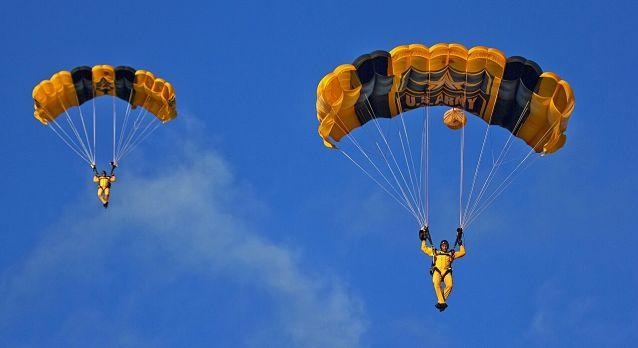 Парашютисты спускаются на парашютах