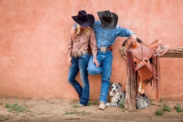 Ковбой и девушка в джинсах